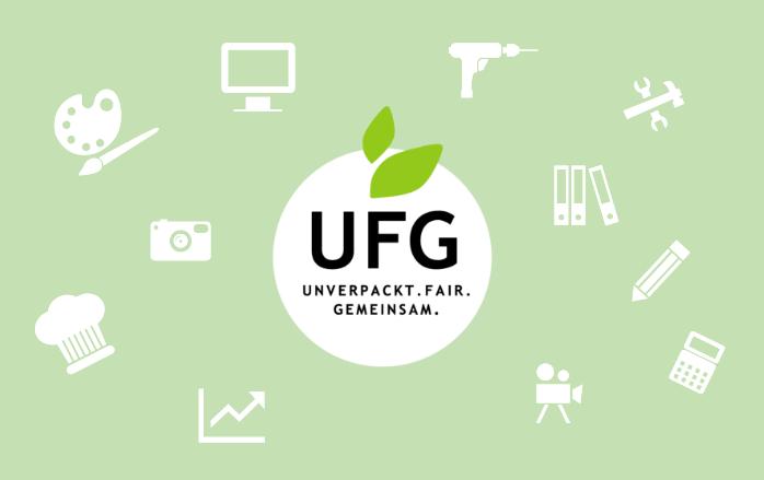 Das UFG-Logo steht auf einem hellgrünen Hintergrund, auf dem kleine, weiße Bildchen zu sehen sind, wie Bohrmaschine, Taschenrechner, Fotoapparat, Kochmütze, Aktenordner usw.. Das gesamte Bild dient als Platzhalter für ein Gruppenfoto aller aktiven Mitmacher.